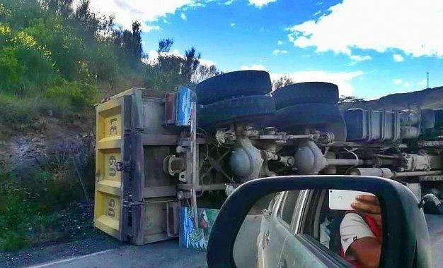 Camión con minerales vuelca en carretera a Otuzco