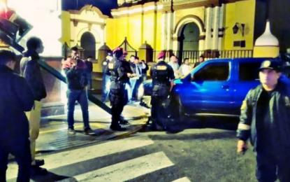 Camioneta de la PNP choca contra un semáforo en plaza de armas de Trujillo