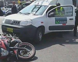 Dos heridos deja choque entre camioneta y motocicleta