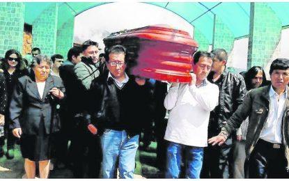 Familiares y amigos dan el último adiós a docentes que fallecieron en accidente
