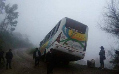La Libertad: Microbús quedó inclinado hacia el abismo de una pendiente