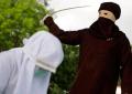 Las indignantes imágenes del castigo con azotes a mujer que cometió adulterio