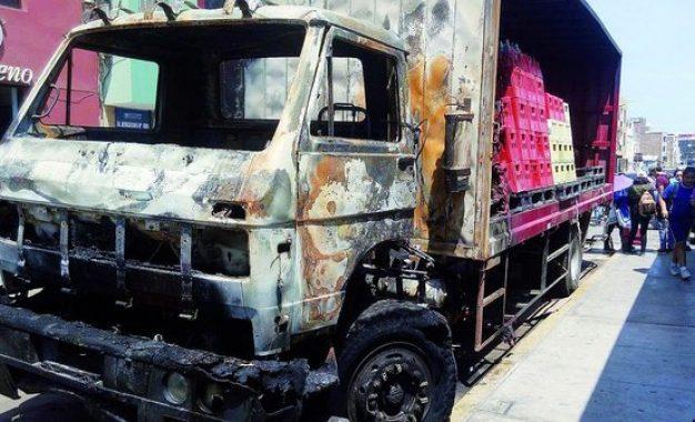 Roban más de S/ 15,000 y queman camión repartidor de gaseosas