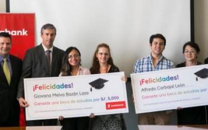 Entidad financiera premia con becas a estudiantes
