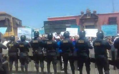 Trabajadores municipales realizan protesta y exigen pago de bono