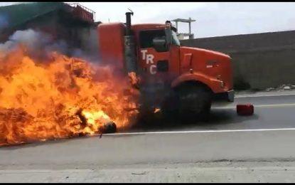 Transportistas bloquean carreteras al norte y sur de Trujillo