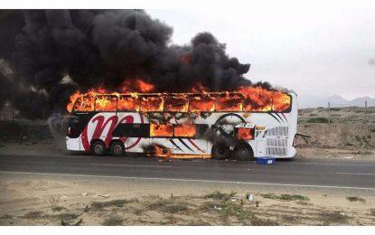 Bus arde en llamas y pasajeros se salvaron de morir