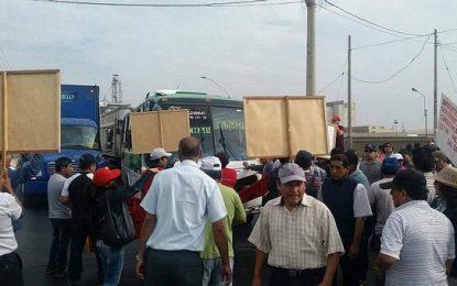 Trabajadores administrativos de la UNT marcharon por la Carretera Panamericana Norte